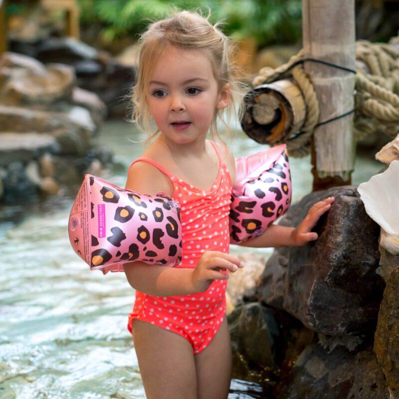 Zwembandjes roze panterprint 2